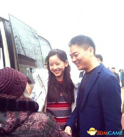刘强东带奶茶妹妹回村发钱:60岁以上每人发一万