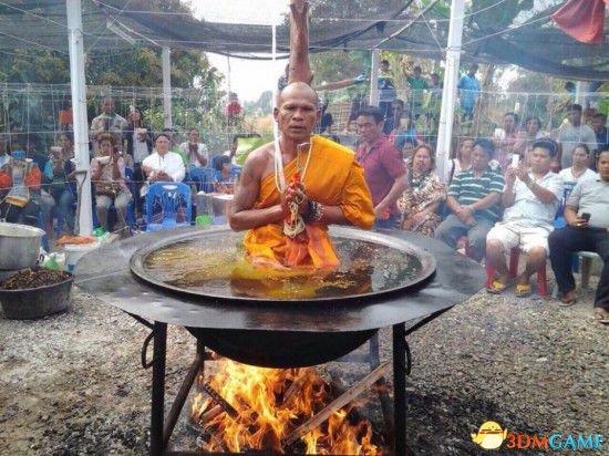 <b>泰国僧侣热油锅上打坐惊呆众人 科学家道破玄机</b>