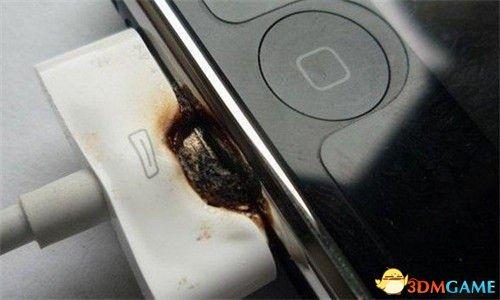 <b>23岁女孩充电时玩手机 胸部被烧焦导致当场死亡</b>
