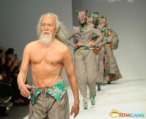 79岁老人登T台走秀霸气外露 肌肉发达赤裸上半身