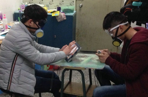 大学生在寝室里对战太入戏 戴上防毒面具狂玩游戏