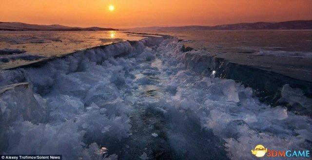 贝加尔湖开裂瞬间图片 绝美震撼仿若绵延直到天际