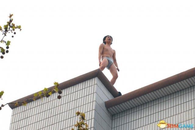 80后男子赤裸上天台要跳楼 只因沉迷游戏妻子出走