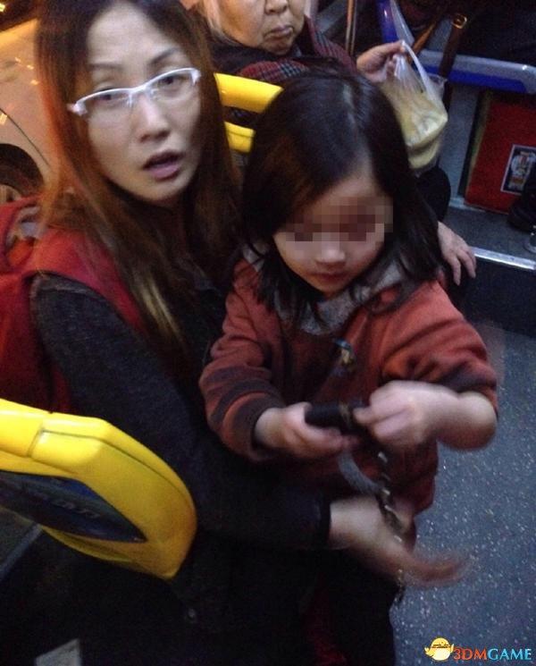 4岁女孩手拿铁链乘公交 小女孩身份目前已经确定