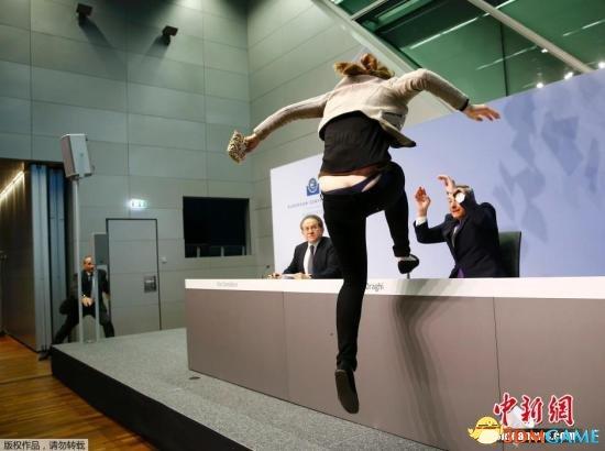 美女大闹欧洲央行发布会 飞身上台抗议致发言中断