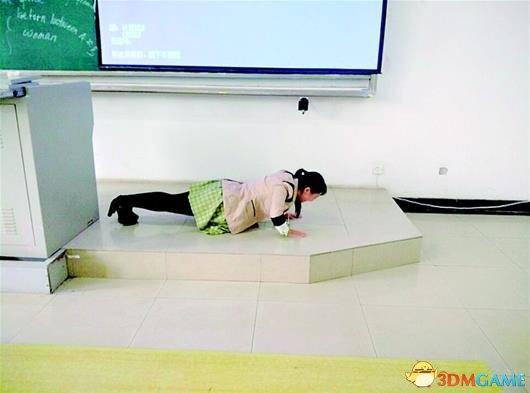 女教師遲到罰俯臥撐:以身作則從而為學生立規矩