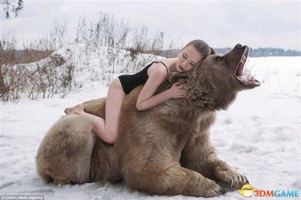 俄罗斯性感女模雪中与棕熊合影 画面真是太美了!