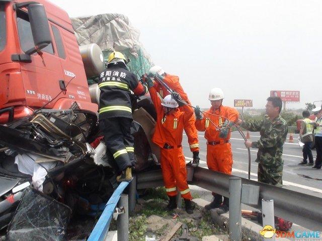 车窗抛物致后车相撞3死2伤 肇事丰田车加速逃逸