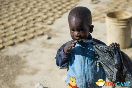 智慧之后是泪水 海地贫民制作泥巴饼干做充饥食物