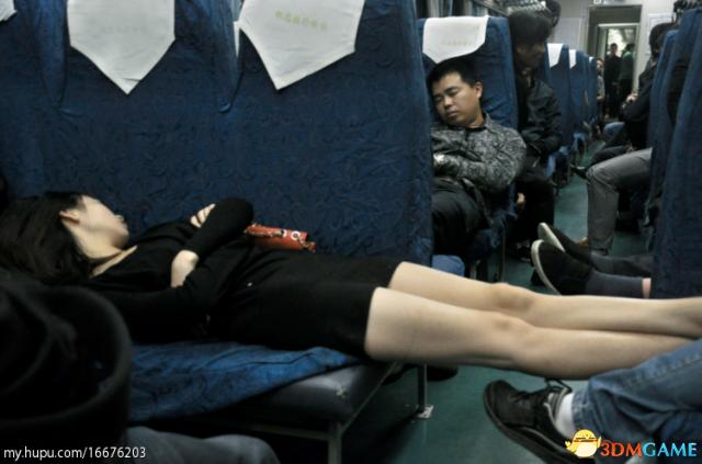 <b>四川女子在大巴上脱鞋睡觉 醒来鞋中发现竟有精液</b>