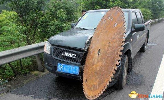 高速迎面飞来大圆锯切入车头50厘米 司机当场吓尿
