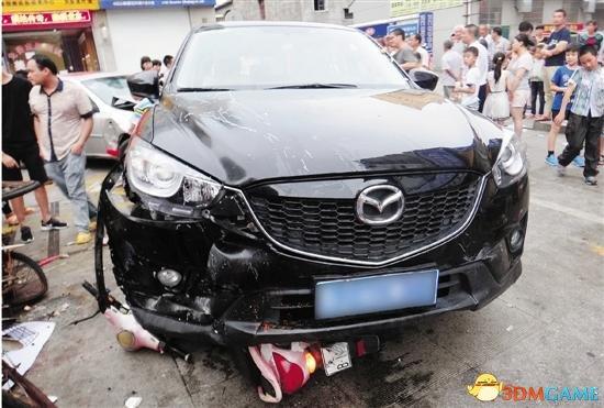 女司机高跟鞋被卡住油门当刹车 小学门口连撞6人