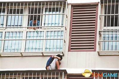"""小偷翻窗逃跑叫嚣""""你来抓我呀"""" 困楼外7小时"""