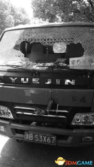 <b>司机乱停车堵路 愤怒小伙砸车窗留字条:是我砸的</b>