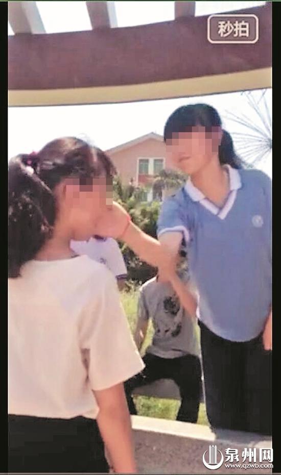 两女生狂扇女孩耳光并拍摄视频 拍摄者你抢镜头了