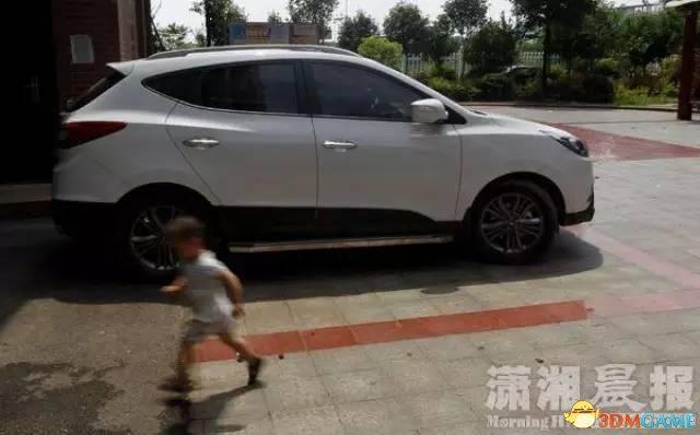 湖南湘潭4岁男童正午被锁车中身亡 车窗全是手印