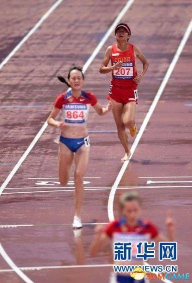 中国女运动员比赛被踩掉鞋 光脚跑5000米获季军