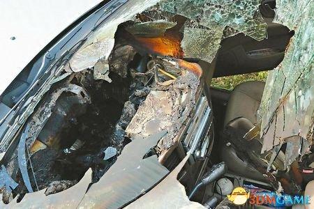 车主都给搞懵了 烈日直晒导致手机起火烧了轿车
