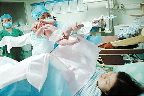 分娩疼痛难忍肿么办 90后孕妇竟靠玩手游缓解痛症