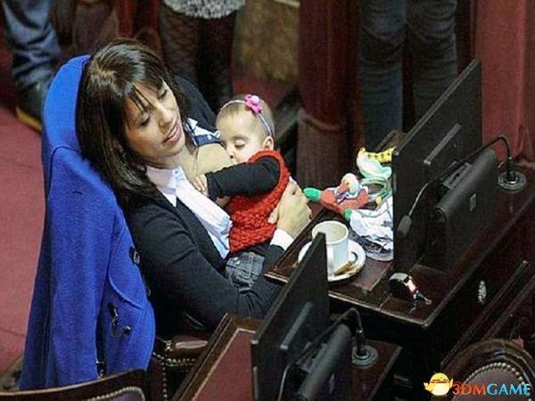 阿根廷女议员议会上哺乳 举止大胆惹出众多争议
