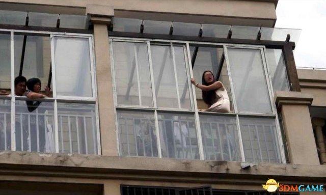 安徽:女子怀疑丈夫出轨欲跳楼 僵持数小时被救下