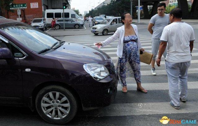 沈阳:一孕妇过斑马线被汽车鸣笛吓到 怒砸车窗