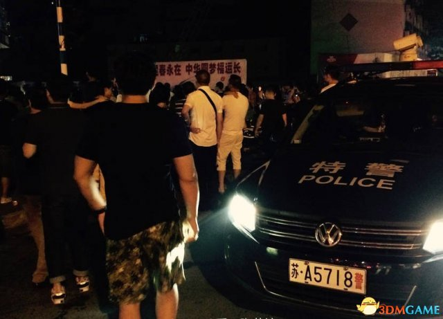 <b>路边炒饭凌晨引几百人聚集 特警大批出动劝退市民</b>
