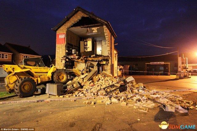 笨贼开挖掘机偷ATM机 挖掉两层楼结果空手而归