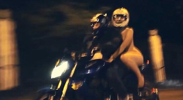 俄国一女子寒夜街头裸体骑摩托 战斗民族果然强悍