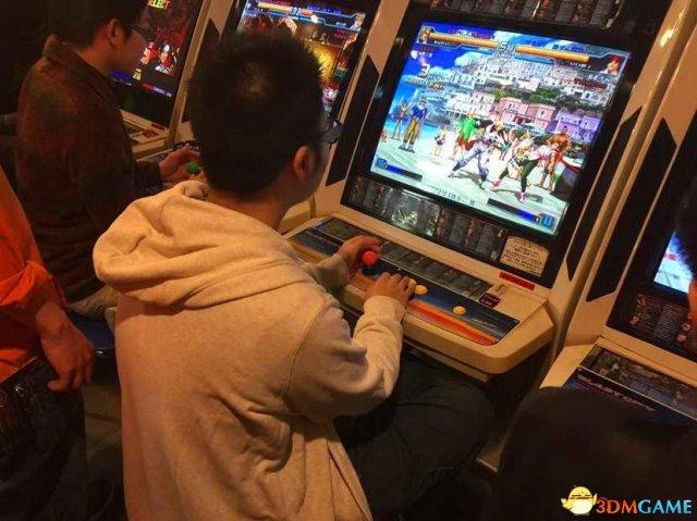 日本游戏厅实拍:生意十分火爆 多数人玩中国拳皇