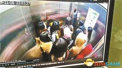 <b>大学女生乘电梯遭同学泼冷面 两人斗殴引众人围观</b>