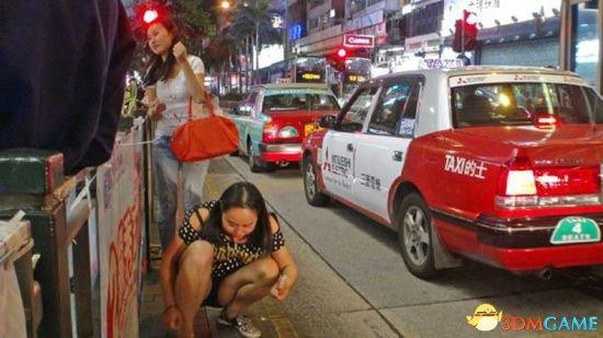 """香港闹市天降数百颗""""钻石"""" 路人用牙签在地上挑"""
