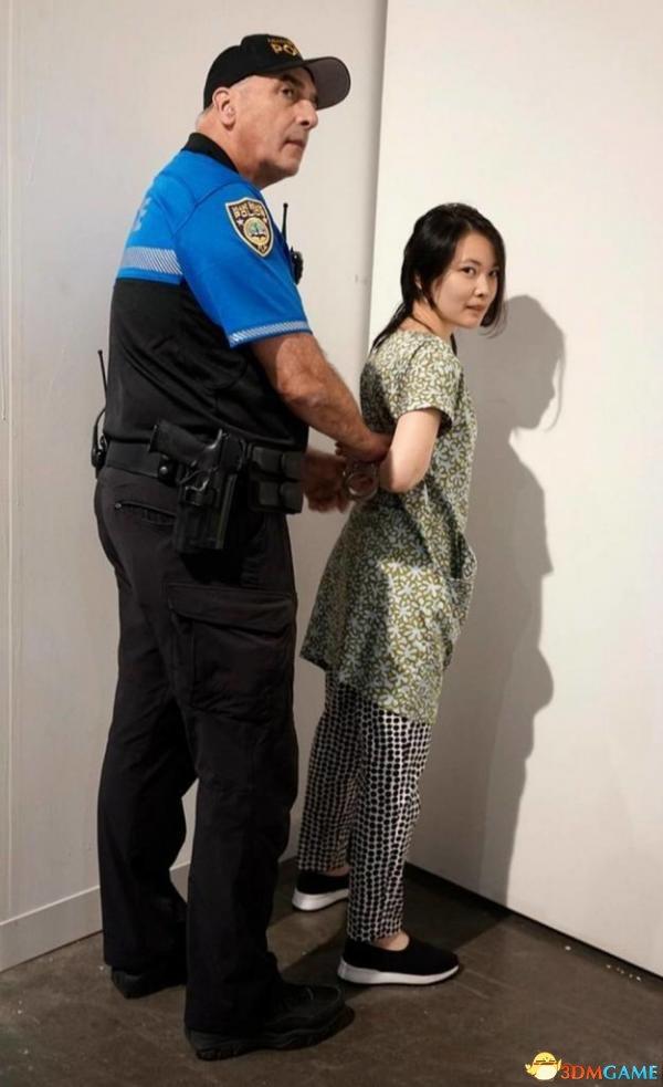<b>亚裔女子艺术展上被刺 竟被参观者当成行为艺术</b>