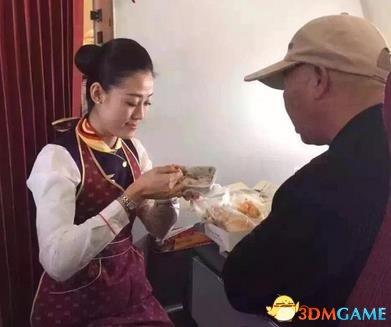 海航空姐回应喂饭给老人照片:分内之事绝非炒作