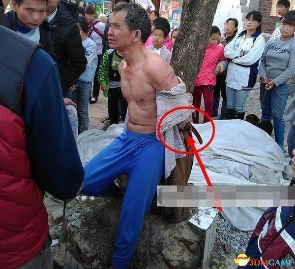 广西一小偷被扒光绑树示众 脖子上挂着作案工具