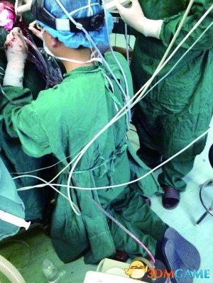 医生跪2小时为做手术刷爆朋友圈 获众多网友点赞