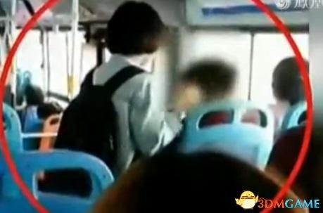 女子竟在公交车上性骚扰男乘客 大庭广众上下乱摸