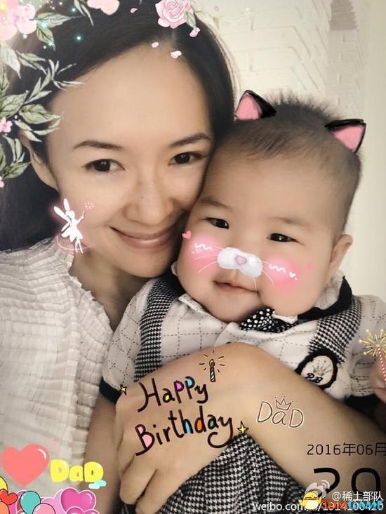 章子怡产后6个月抱女儿为汪峰庆生 颜值落差要逆天