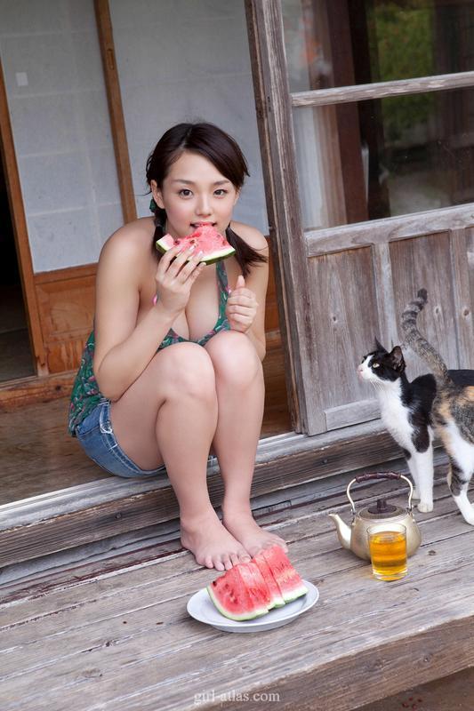 控制不住我记几呀!日本宅男女神吊带衫清凉吃西瓜