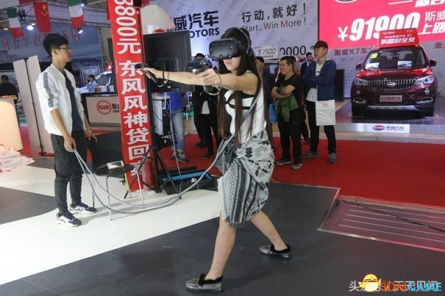 VR游戏太好玩了!美女玩游戏 上衣滑落都没注意到