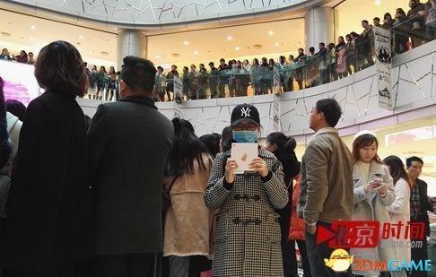 """龚玉雯在杨丞琳新专辑签售会现场,手里举着爱豆的新专辑。她自称杨丞琳的""""真爱粉"""""""