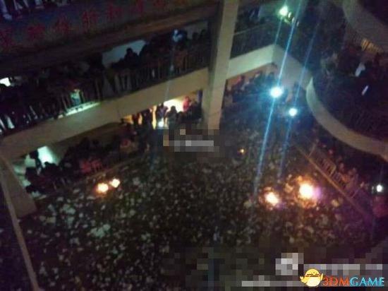中学禁办班级元旦晚会 近千学生不满烧书进行抗议