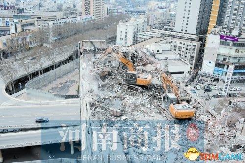挖掘机10大高难度技术:拆楼作业PK破碎作业