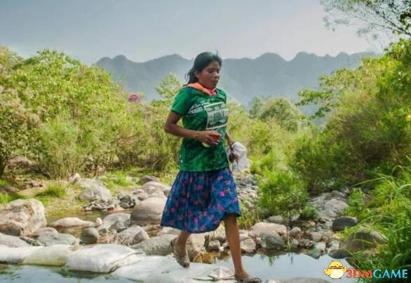 天才在民间:墨西哥女子穿长裙凉鞋跑赢马拉松!