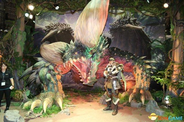 S 会场中,《怪物猎人:世界》可以说是最抢眼的游戏摊位之一,大图片