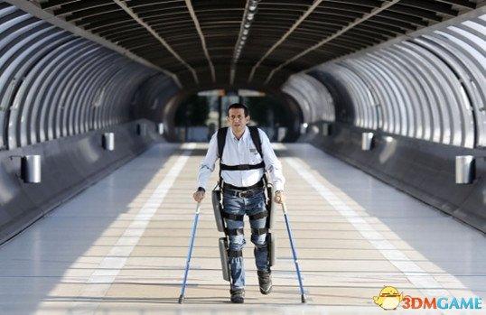 康复患者只要穿上这款机器人外骨骼便能自由转身