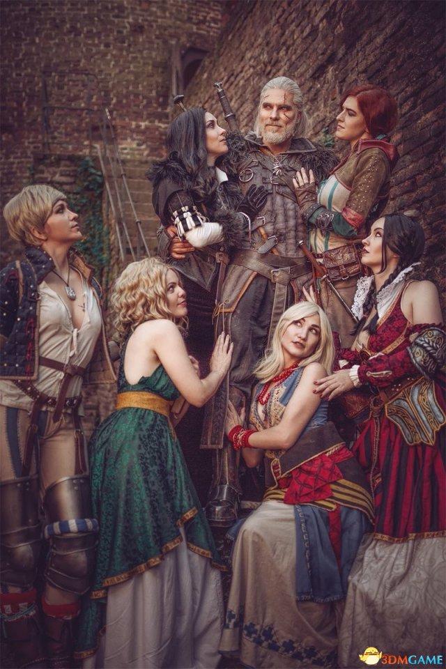 《巫师3:狂猎》白狼Cos香艳无比 左拥右抱美女们