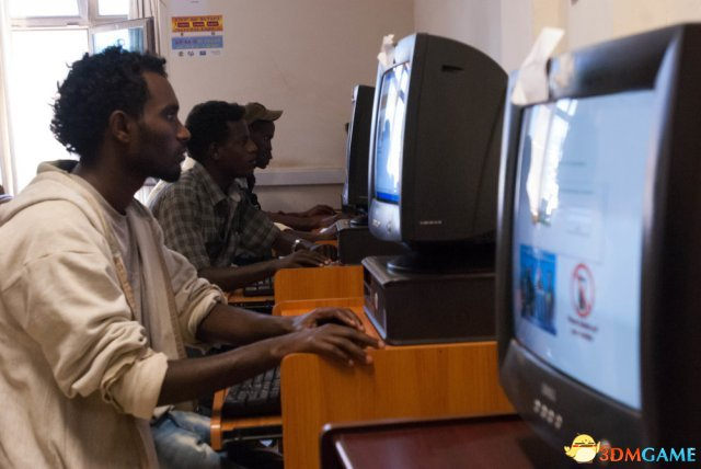 <b>来看看非洲落后地区的网吧 感觉国内网吧好奢华</b>