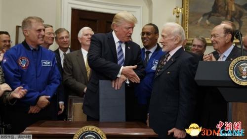 特朗普玩真的了:指示NASA重返月球 为火星打基础