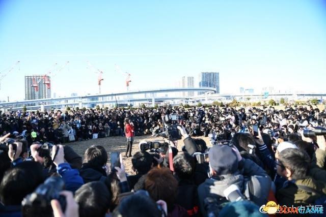 C93展会日本第一Coser惊艳亮相 遭人围堵场面壮观